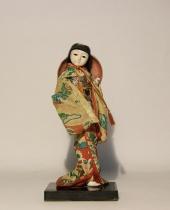 Bambolina Geisha giapponese con copricapo